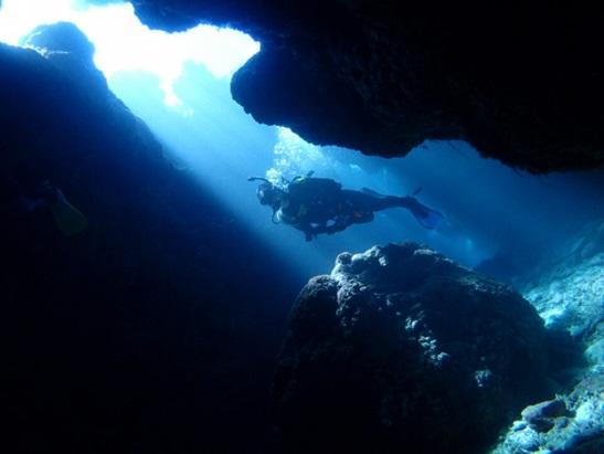 沖縄本島 ダイビングポイント 知志 洞窟内の光のシャワー!!